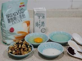 这款面包备料:金龙鱼面包用小麦粉375克,牛奶195克,鸡蛋1个,白糖30克,细盐5克,酵母5克,黑醋栗粉半小匙,玉米油50克