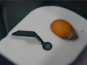 将牛奶,鸡蛋,白糖,细盐分别加至面包机的桶里。