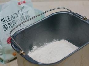 然后将金龙鱼面包用小麦粉称放至桶里面。再配入酵母及黑醋栗粉。