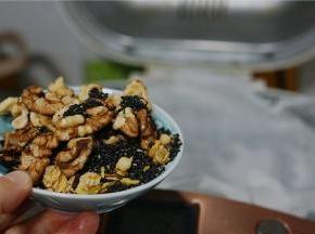 揉至油与面团完全融合之后,再加入核桃仁,黑芝麻及麦片。