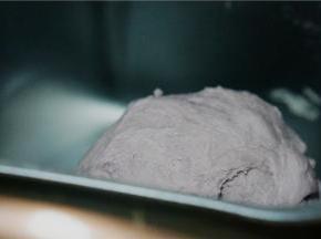 面包机选择一键甜面包的模式,揉面至光滑。