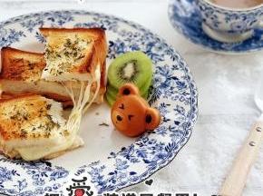 切开吐司,火腿与马苏里拉芝士的结合,外表酥脆,超级好吃。