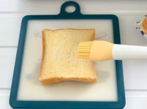 刷满融化好的黄油。