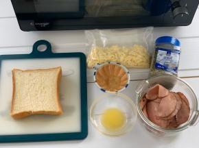 把所有材料准备好,火腿也可换成培根等,自己喜欢吃的都可以。把黄油隔水融化备用。欧芹没有的话可以用香葱。