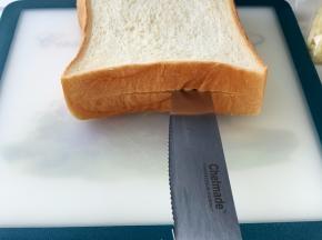 厚吐司片中间切一刀,周围不要切开,切成口袋的样子。