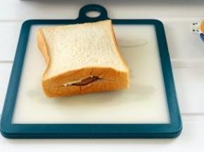 把火腿和马苏里拉芝士都塞进吐司片中。