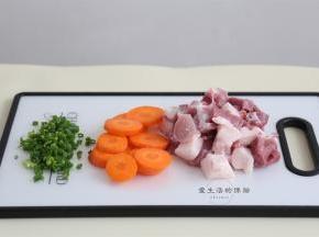 将猪肉,胡萝卜清洗干净,大致切成块状,香葱切碎。