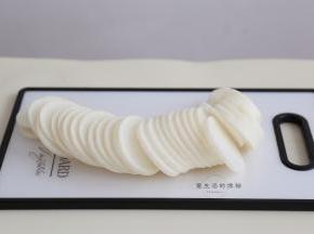 白萝卜不用去皮,直接切成大约0.5cm厚的片状,太薄了容易烂,太厚了不好夹肉馅