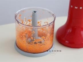 将胡萝卜放入SMEG料理机内,搅拌5秒,就成均匀细腻的胡萝卜碎,不要搅太碎了没口感哦