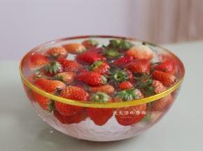 清水里倒入食盐,搅拌均匀,倒入清洗过两遍的草莓,浸泡15分钟。