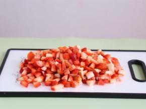 把草莓捞出沥干水分,去掉草莓蒂,切成小块,要是没料理棒就尽量切小哦~