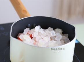 准备好一个干净无油的不粘锅,倒入草莓粒和冰糖,中小火开煮。