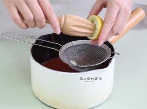 继续倒入原来的锅里,挤入半个柠檬汁,记得要过滤哦~