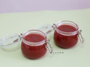 准备好开水煮过的玻璃罐子,趁热倒入果酱,放凉后即可盖上盖子,放冰箱保存