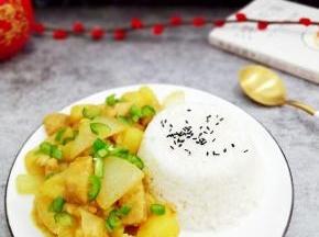 在把米饭放入盘中,然后把菜装入即可