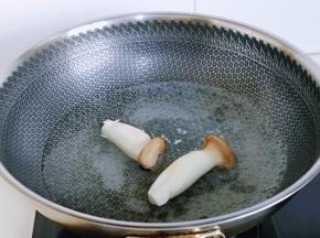 杏鲍菇洗干净后焯水,冷水下锅,大火烧开煮2-3分钟,断生捞出即可。