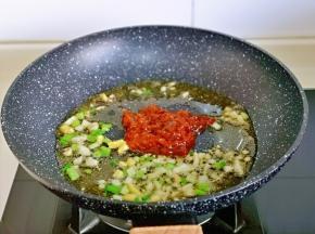 炒出香味儿后加入豆瓣酱小火翻炒。