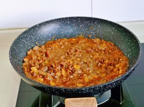 再加入白砂糖,熟白芝麻快速翻炒均匀,关火出锅。