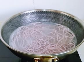 煮面条啦!锅中加水烧开,下面条,大火煮开,记得时不时的用筷子搅拌哈,避免黏连,煮沸后淋上冷水,反复个3-4次,面就差不多熟了,捞出过纯净水。