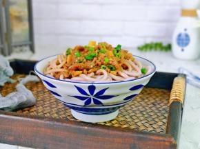 过水的面装入面碗中,盛上牛肉杏鲍菇酱,撒上葱花,拌均匀即可食用。