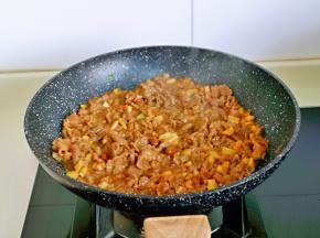 再加入一点酱油调色,半小碗纯净水大火烧开。