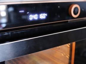 蒸烤箱预热,设置上下火烘烤,上火160度,下火180度。