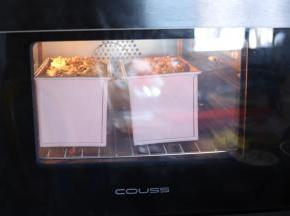 吐司放入预热好的烤箱内,中下层,时间为40分钟。