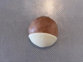 先做可可面团的小狗,取一点白色面团,擀成薄片盖在头下面。