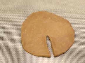 在取一点可可面团,压成薄片,如同切开。