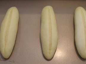 发酵好的面包胚用锋利的小刀从中间浅浅的切一条。