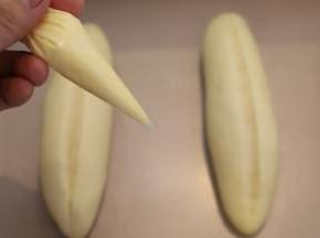 黄油软化装入裱花袋内,剪一小口。