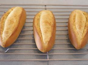 出炉的面包胚马上移至晾架上放至手温时装入保鲜袋保存。