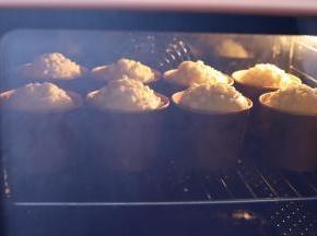 注意观察面包的上色情况,稍有上色可以盖上锡纸防止上色过深。