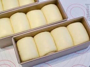 发酵箱设置温度32度,湿度80度,发酵时间55-60分钟,发至模具八至九成。