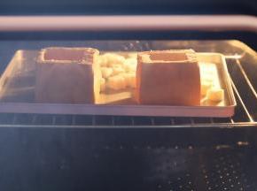 里面的吐司切成小块,和吐司一起放入预热好的烤箱180度,烤8-10分钟。