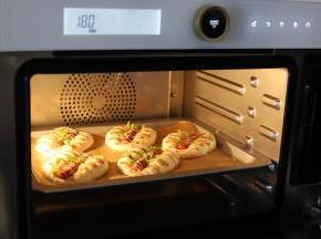 将火腿肠餐包放入预热好的烤箱内,烘烤时间为25分钟,记得注意查看哦,上色了马上盖上锡纸
