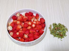 首先将草莓蒂去掉,需要一点耐心哈~