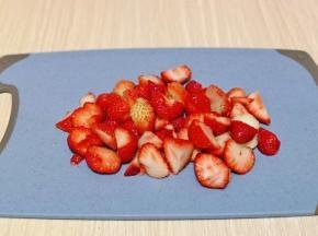 泡好的草莓冷水冲洗两遍,再淋干水分,切小块。