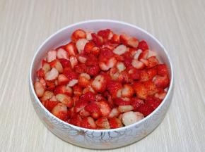 再加入百香果醋搅拌均匀,腌制30分钟。