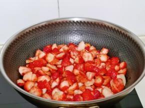 腌制好的草莓块连汤汁一起倒入锅中。