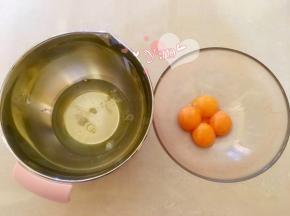 开始制作黑芝麻蛋糕。四个鸡蛋分离蛋黄蛋清至无油无水的盆里。