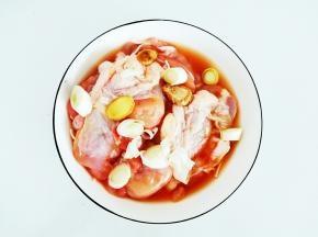 放入葱姜片,敷上保鲜膜,入冰箱腌制两小时以上。我一般头天晚上放好,第二天做,腌制的充分到位。
