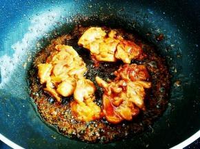 汤汁粘稠,鸡肉上色后关火出锅。保留一点儿汤汁,一会儿浇在鸡肉上,拌饭特别好吃。