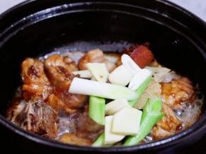 加入葱姜蒜、八角、香叶、桂皮,翻炒出香味