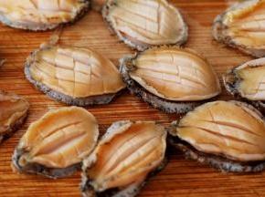 小鲍鱼可以请店家代为去壳或者自己用小刀轻轻将肉取出,用牙刷或干净的钢丝球将旁边的沉污刷洗干净。在小鲍鱼表面像切鱿鱼花一样,横着切几条,竖着切几条,保持鲍鱼肉别被切断