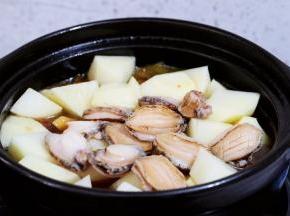 加入土豆和鲍鱼