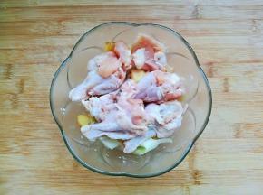 重新清洗干净后沥干水分,放入适量盐、葱姜片、黑胡椒碎、2勺料酒抓拌均匀腌制两小时以上。