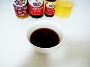 来调个料汁:取一个小碗,放入1勺蜂蜜,1勺生抽,1/2勺老抽,1勺蚝油,2勺料酒搅拌均匀。
