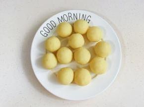 土豆泥均分成12等份,搓圆。