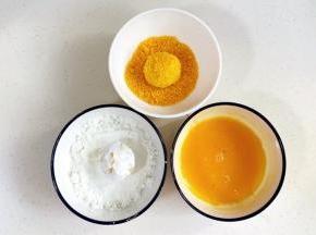 先把芝士土豆球裹上一层玉米淀粉,沾满鸡蛋液,最后裹上面包糠。